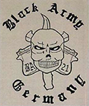 """Kombination aus den drei Komponenten Toprocker (oben) mit dem Schriftzug """"Black Army"""", Center-Patch (Mitte) mit stilisiertem Schädel/Totenkopf, hinter dem sich zwei Schusswaffen und ein Dolch kreuzen, sowie Bottomrocker (unten) mit dem Schriftzug """"Germany""""."""